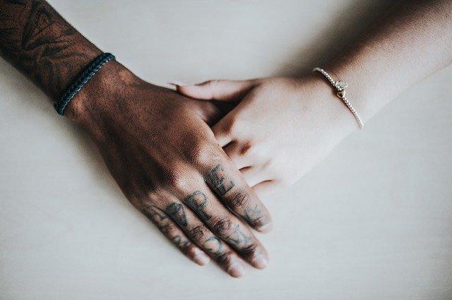 bracelet sur des mains d'adultes
