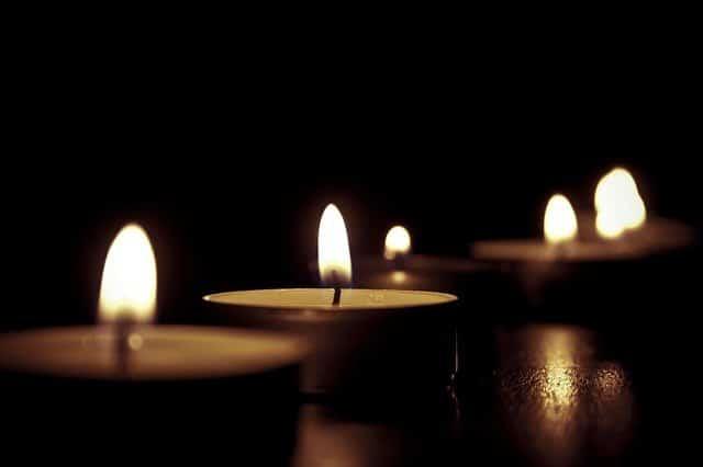 des bougies allumées