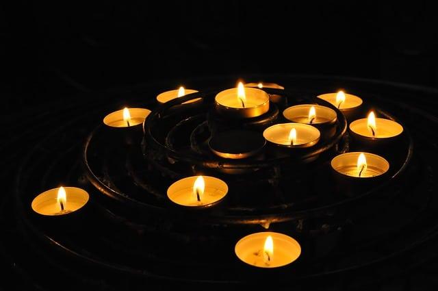 un lot de bougies allumées