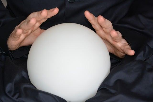 mains sur une boule de cristal